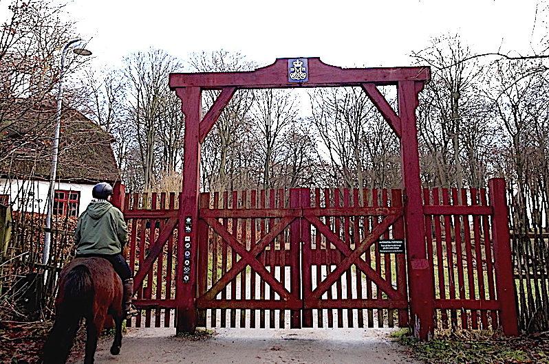 Indgangen og røde låge indtil Dyrehaven ved Rådvad